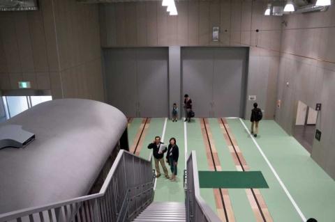 京都鉄道博物館の現役車両を展示できるスペース。営業線とつながっており、電車が自力で走行できるよう架線も整備されている