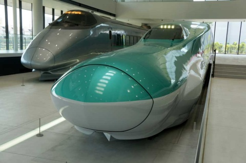 鉄道博物館新館にある山形新幹線「400系」(奥の車両)は引退した実物だが、手前のE5系は実物大のモックアップだ