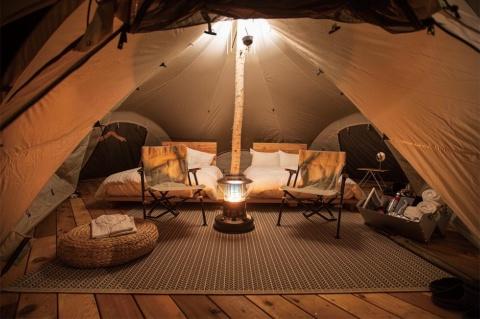テントルーム内部。キャンプを満喫しながら、快適さも確保した作り