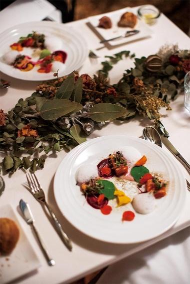 ディナーとして提供されるコース料理。イタリアで修業したシェフによる地元食材を生かした創作料理。ぜいたくな食事は、絶景と並ぶFIELD SUITEの目玉