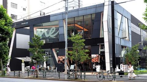 メルセデスミー東京は東京メトロ乃木坂駅から六本木駅方面へ徒歩2分のロケーション。1階はカフェ、2階はレストランになっている