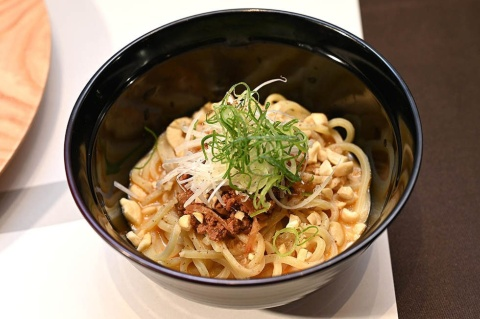 「本格担々麺」はピリっとしたしびれる辛味が食欲をそそる