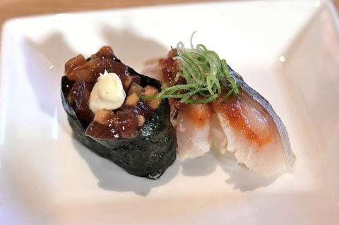 笠原氏が担当した「鰹(かつお)いぶりがっこ」(左)。鰹と相性のいいマスカルポーネチーズものせている。右の「信州練りみそ炙りしめ鯖(さば)」は鯖の味噌煮のような味。堀江氏は「優しい味が魅力」と語る