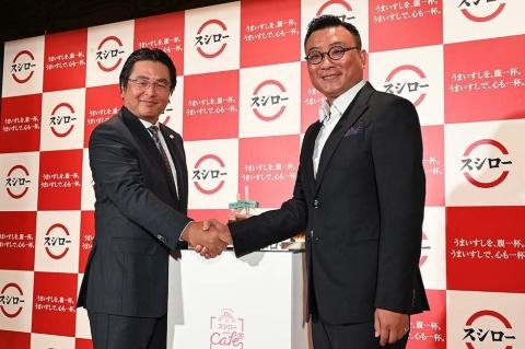 握手を交わすスシローグローバルホールディングス代表取締役社長CEO(最高経営責任者)の水留浩一氏(左)と、ShareteaのCEO、鄭凱隆氏(右)