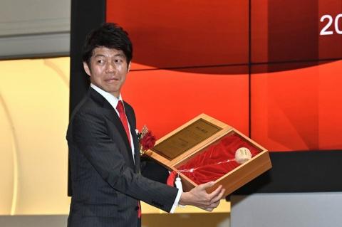 東証の小沼泰之氏から上場通知書とともに打鐘に使う小づちを授与された橋本社長