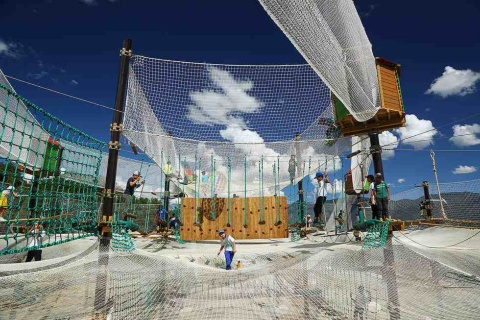 白馬つがいけWOW!。「アミダス」のエリアでは、巨大な網の中を縦横無尽に飛び跳ねて遊べる(写真提供/白馬観光開発)