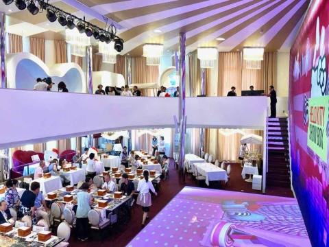 1階テーブル席134席、2階カウンター席35席。2時間の入れ替え制で1日3公演行われる