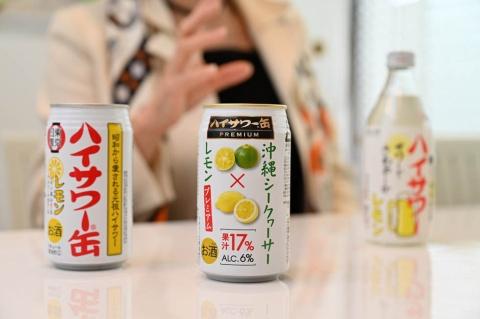 沖縄産シークワーサーのストレート果汁を使った、博水社の「ハイサワー缶PREMIUM 沖縄シークヮーサー×レモン」(中央)