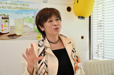「人工酸味料などで味はいくらでも作れるが、天然果汁の美味しさを大事にしたい」と語る、博水社の田中秀子社長