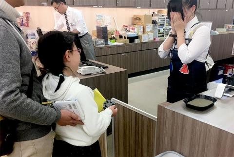 リアル脱出ゲームを企画運営するSCRAP(東京・渋谷)とコラボした「おしりたんてい なぞときイベント」は全国約3300の書店で、19年4、6、8月に実施。第1弾では書店員に告げる「はんにんは あなたですね」のキメゼリフが「かわいすぎる!」と話題に