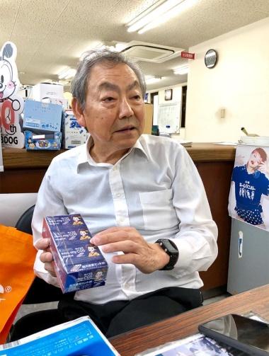 「見て楽しい、もらってうれしい、食べておいしい、また欲しいの4Cがコンセプト」と話す高岡五郎常務。「飲み屋で面白いアイデアが生まれることが多い」