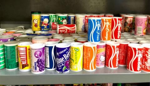 1978年発売のロングセラー商品「ミニコーラ」をはじめとするミニシリーズ。缶飲料をかたどった小さな容器に、コーラ味やピーチ味などのラムネが入っている