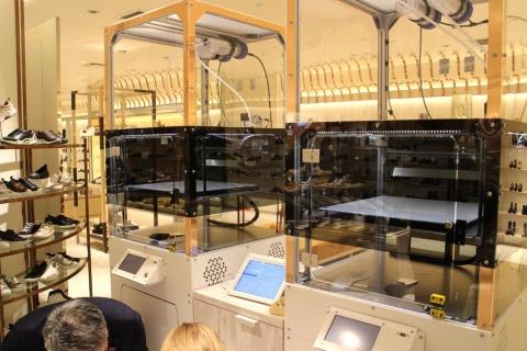 その場でミッドソールを作るための3Dプリンターが、ラグジュアリーな婦人靴売り場に意外にマッチしている