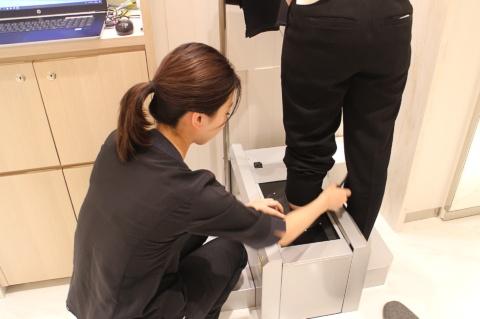 「your FIT 365」の測定器に足を入れると、またたく間に足の各サイズや形の特徴などが測定される