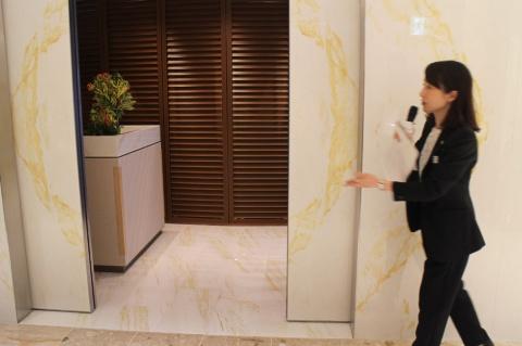 本館4階のジュエリーフロアの壁が扉に。奥には高額ジュエリーを紹介するサロンが現れた