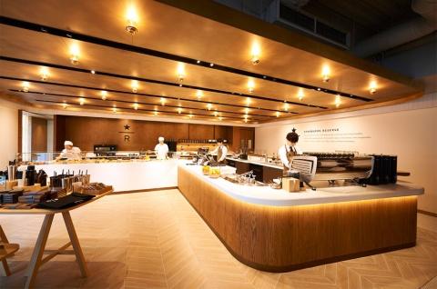 イートイン客向けの注文カウンターは2階。他のスターバックス リザーブ同様、目の前で淹(い)れるコーヒープレスやコールドブリュー(水出し)など、さまざまな抽出方法でコーヒーを提供する