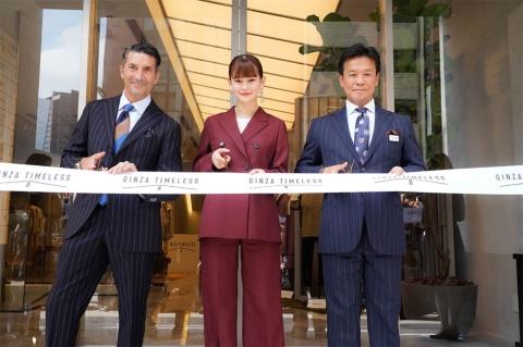 テープカットに参加した(右から)三陽商会の岩田功社長、emma、パンチェッタ・ジローラモ