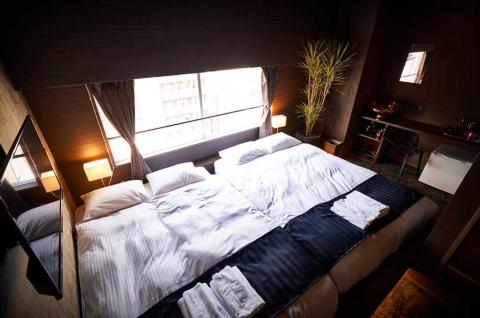 ラグジュアリーな空間でIoTを活用した近未来の暮らしを体験できるIoTルームは7室。ダブルツイン仕様で1部屋1万8000円(税込み、以下同)