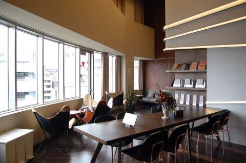 夜景を一望できる最上階のスカイラウンジ。宿泊客同士の交流の場として、ゆっくりくつろぐ場として、キッチンも併設されている