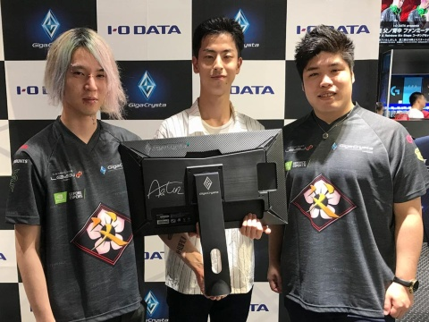 ファンミーティングでディスプレーを購入したファンにサインをして記念撮影する、父ノ背中所属のadminさん(左)、abitunさん(右)(写真提供:アイ・オー・データ機器)