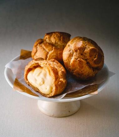 「八ヶ岳南牧村契約農場 しぼりたて牛乳のカスタードシュー」。新鮮なカスタードクリームと、手で割れるほどサクサクのシュー皮が美味