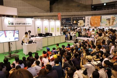 「日本ゲーム大賞U18部門」の試遊コーナー。18歳以下のクリエイターが作ったゲームを人気YouTuberが紹介するステージだ。子どもたちが夢中になっていた