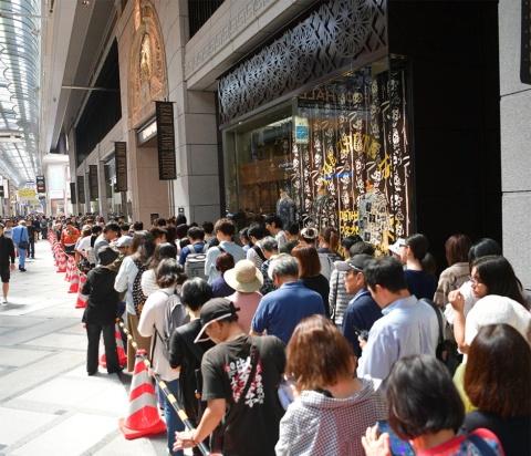 オープン初日には、限定のポケモングッズを手に入れようと早朝からファンが殺到。午後1時の開店前には約5000人の行列ができた。入場制限が行われ、最長で2時間待ちという人も