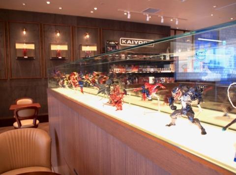 9階の「タリーズコーヒー KAIYODO」はフィギュア制作メーカー、海洋堂との初のコラボ店舗。日本文化を海洋堂の視点で立体化したフィギュアがずらり。3Dプリンターによる制作過程も見られる
