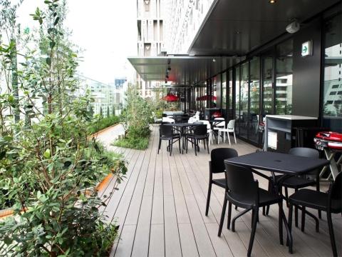 7階「心斎橋ひとときテラス」にはバルニバービの新業態「トゥッフェ テラス イート」と、フジオフードシステムが展開する「デリス タルト&カフェ」が出店。開放感のあるテラス席から水晶塔を間近に見られる