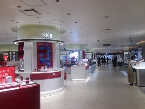 伊勢丹新宿店本館2階の化粧品フロア。スキンケアや美容機器などを中心に約30ブランドを展開