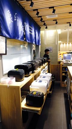炊き立てのご飯の香りがほのかに漂うように、約30台の炎舞炊きはレジ横のオープンスペースに設置。順番に稼働させて、炊き立てを提供している