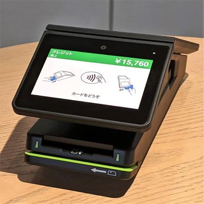 顧客側から見た「stera terminal」。4型のタッチスクリーンは、電子サイン、オンスクリーンPIN入力にも対応している。スクリーン周辺にはカメラや非接触アンテナ、ICカードリーダー、デュアルヘッド磁気カードリーダーを搭載