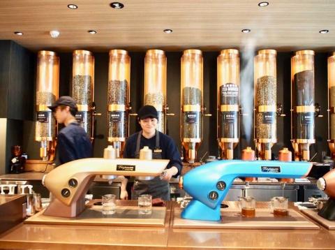 注文ごとに1杯ずつ、ティーグラインダーで茶葉を粉砕し、高温高圧テクノロジーを搭載したティープレッソマシンで抽出したお茶を提供する
