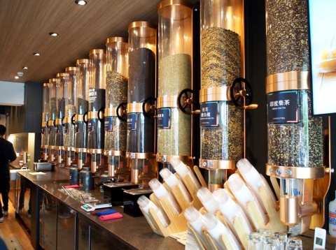 茶葉は、茶農家と直接契約し、厳選した良質の茶葉のみを使用。ティーマスターが世界中から最適な品質と品種を厳選する
