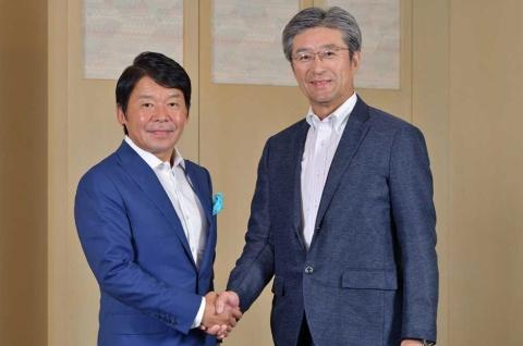 eスポーツイベント「Intel World Open」を開催する米インテル日本法人社長の鈴木国正氏(写真右)と、大会の公式タイトルに選ばれたストリートファイターV」を販売するカプコン社長の辻本春弘氏(同左)