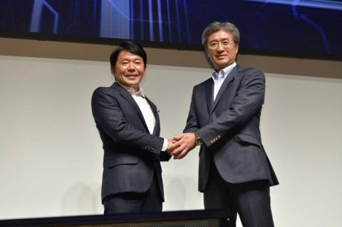 2019年9月21日、東京ゲームショウ2019のカプコンブースで「Intel World Open」の開催を発表したカプコンの辻本春弘社長(写真左)と、米インテル日本法人の鈴木国正社長