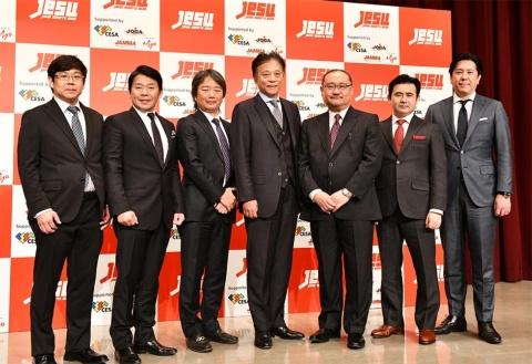 18年2月に発足したJeSU。写真は役員を務める7人。左からガンホー・オンライン・エンターテイメント取締役の越智政人氏、カプコン社長の辻本春弘氏、JeSU専務理事の平方彰氏、JeSU会長の岡村秀樹氏(セガホールディングス代表取締役社長)、JeSU副会長の浜村弘一氏(KADOKAWAデジタルエンタテインメント担当シニアアドバイザー)、SANKO社長の鈴木文雄氏、コナミデジタルエンタテインメント社長の早川英樹氏