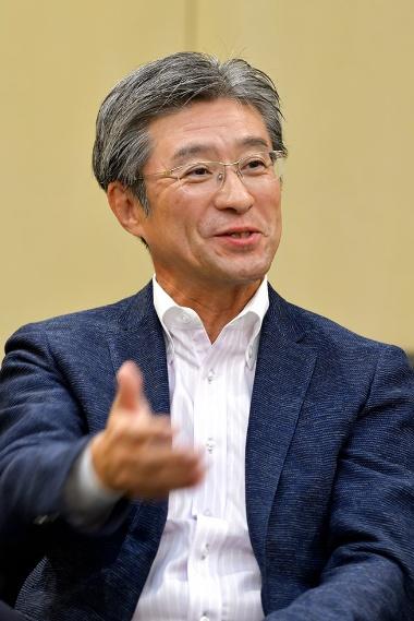 「PCと家庭用ゲーム機で市場を奪い合うことはない」と話すインテル日本法人の鈴木社長