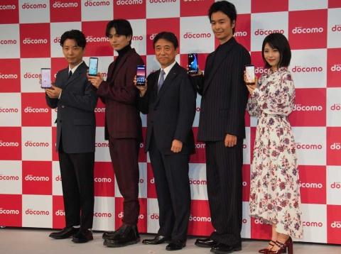 新サービス・新商品発表会にはCMキャラクターの星野源、新田真剣佑、長谷川博己、浜辺美波らが登場した