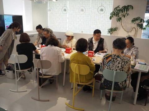 NTTドコモはスマホを安心して利用してもらうため「スマホ教室」に力を入れており、19年10月からはメルカリの使い方を学ぶ「メルカリ教室」も実施