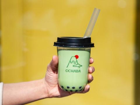 「OCHABA」の「緑茶ロイヤルミルクティー」(580円・税別)。煎茶を使ったロイヤルミルクティーで、甘さの調節が可能。基本のトッピングは「黒蜜わらび餅」で、プラス料金で白玉に変更できる