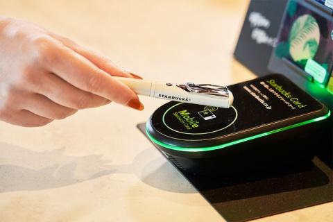 「STARBUCKS TOUCH The Pen(スターバックス タッチ ペン)」(税込み5400円。本体4000円+税に加え、販売時にあらかじめ1000円分がチャージされている)。繰り返しチャージ可能で、同社のサービス「My Starbucks」の会員登録を行うことでオンライン入金や残高補償のサービスが利用できる