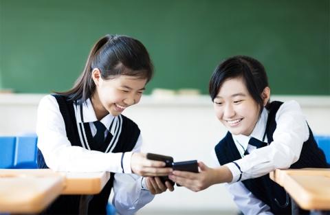 若者にリーチするため、企業はSNS上の公式アカウントを積極的に活用すべきだ ※写真はイメージです(写真:Tom Wang/Shutterstock.com)