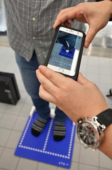スタッフが足をスキャンしてサイズを測定してくれる「Nike Fit」。そのサイズをもとにスニーカーを選ぶことで手間を減らせる