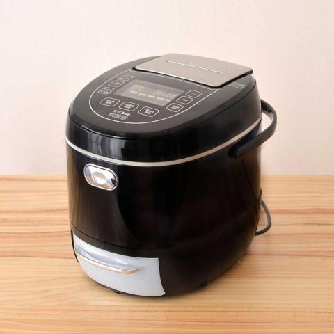 「糖質カット炊飯器」の初代モデル。米を煮た後、糖質成分が溶け出た煮汁を排出することで糖質を約3分の1カットできるというもの(写真提供/サンコー)