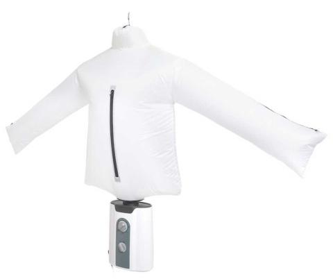 アイロンがけが面倒だというスタッフのアイデアがきっかけになった、シワを伸ばす乾燥機「アイロンいら~ず」。シャツの形をした乾燥機にシャツを着せて乾かす(写真提供/サンコー)