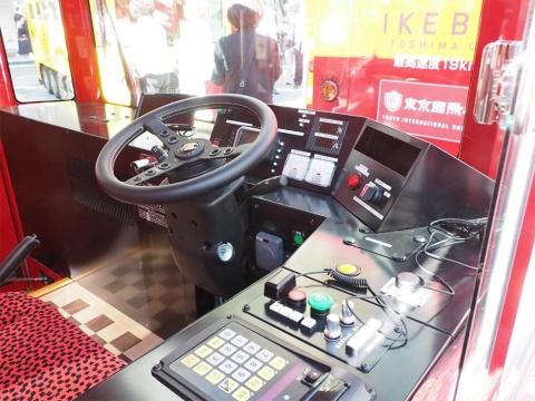 意外とシンプルでコンパクトにまとめられた運転席。満充電で60キロメートルの走行が可能。1回の充電で1日運行できる。充電設備は豊島区役所駐車場に設けられた