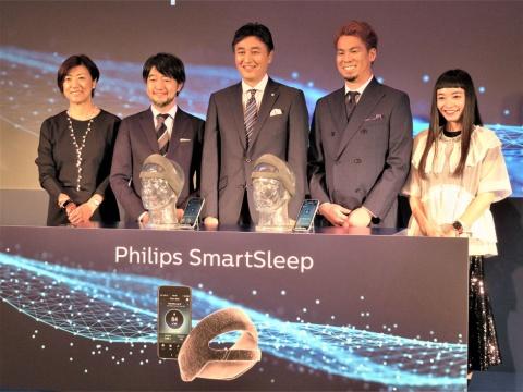 写真左から、安部氏、枝川教授、堤社長、前田選手、市川氏