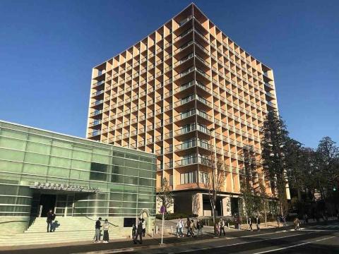 2019年11月22日開業した「三井ガーデンホテル神宮外苑の杜プレミア」。左下の建物は明治神宮外苑アイススケートリンク