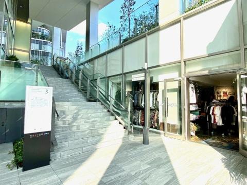 スペイン坂から続く立体街路には、フロア毎に店舗への入り口があり、渋谷の街を歩きながらショッピングを楽しめるような空間になっている